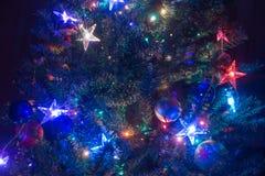 Árbol de navidad adornado que brilla intensamente en la noche Imagen de archivo