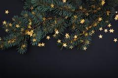 Árbol de navidad adornado Sobre negro Foto de archivo