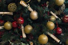 Árbol de navidad adornado tema de la música imagenes de archivo