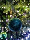 Árbol de navidad adornado tradicional en colores verdes con verde Fotografía de archivo libre de regalías