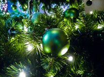 Árbol de navidad adornado tradicional en colores verdes con verde Imagen de archivo