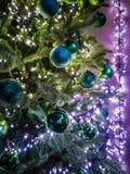Árbol de navidad adornado tradicional en colores verdes con verde Fotos de archivo libres de regalías