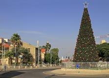 Árbol de navidad al aire libre en Haifa Imagen de archivo libre de regalías