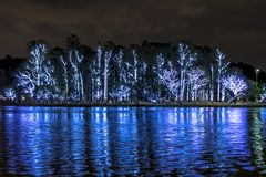 Árbol de navidad aligerado en la noche en el sao Paulo Brazil imagen de archivo libre de regalías