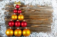 Árbol de navidad, alineado con rojo y bolas del árbol de navidad del oro Imagenes de archivo