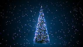 Árbol de navidad azul con las luces que destellan que dan vuelta en nevadas en la falta de definición Defocused Bokeh Saludando e metrajes