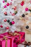 Árbol de navidad bien vestido Imágenes de archivo libres de regalías
