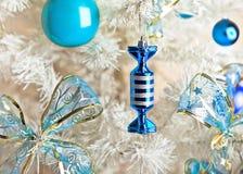 Árbol de navidad blanco con los juguetes Fotografía de archivo libre de regalías