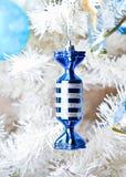 Árbol de navidad blanco con los juguetes Foto de archivo libre de regalías