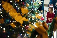 Árbol de navidad blanco de la casa Foto de archivo