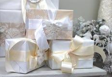 Árbol de navidad blanco interior con las decoraciones blancas para los juguetes de la Navidad fotos de archivo