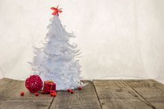 Árbol de navidad blanco de la papiroflexia con la decoración roja Foto de archivo