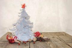 Árbol de navidad blanco de la papiroflexia con las decoraciones rojas Foto de archivo libre de regalías