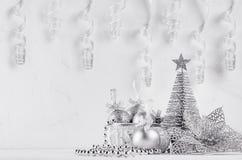 Árbol de navidad, bolas, cintas del rizo del brillo plateado en el tablero de madera blanco Decoración casera festiva Imagen de archivo