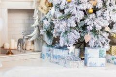 Árbol de navidad brillantemente encendido con las porciones de regalos Imágenes de archivo libres de regalías