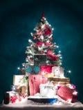 Árbol de navidad brillantemente encendido con los presentes Imágenes de archivo libres de regalías