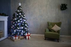 Árbol de navidad casero del Año Nuevo de los regalos de la Navidad Fotografía de archivo libre de regalías