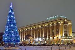 Árbol de navidad cerca del hotel Astoria en la noche del invierno Imagenes de archivo