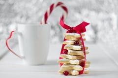 Árbol de navidad cocido hecho en casa de las galletas de la estrella del azúcar Imágenes de archivo libres de regalías
