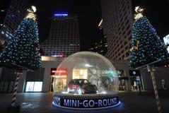 Árbol de navidad con el coche del mni en la noche Imagenes de archivo