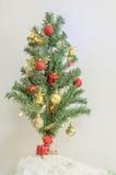 Árbol de navidad con el ornamento colorido Fotos de archivo