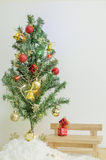 Árbol de navidad con el ornamento colorido Foto de archivo
