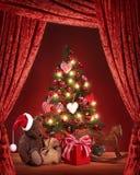 Árbol de navidad con el oso de peluche Imagenes de archivo
