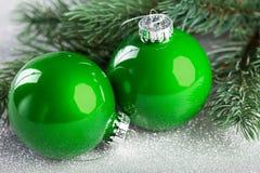 Árbol de navidad con la bola de la decoración Imagenes de archivo