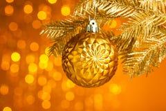 Árbol de navidad con la bola de la decoración Foto de archivo libre de regalías