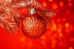 Árbol de navidad con la bola de la decoración Foto de archivo