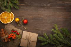 Árbol de navidad con la caja de regalo y decoraciones en backgroun de madera Fotografía de archivo