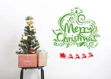 Árbol de navidad con la caja de regalo de las decoraciones y la Feliz Navidad Fotografía de archivo