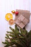 Árbol de navidad con la caja de regalo y decoraciones en backgroun de madera Fotos de archivo
