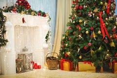 Árbol de navidad con la chimenea Fotos de archivo