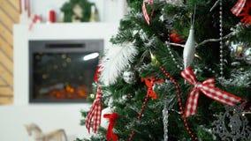 Árbol de navidad con la chimenea en el fondo metrajes