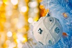 Árbol de navidad con la chuchería blanca Imagen de archivo