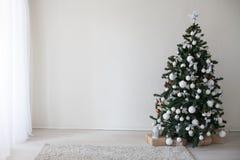 Árbol de navidad con la decoración del Año Nuevo de los presentes Imágenes de archivo libres de regalías