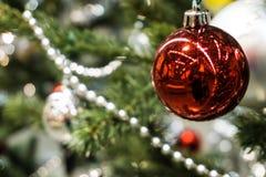 Árbol de navidad con la decoración del ornamento de la bola foto de archivo