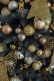 Árbol de navidad con la decoración del oro Foto de archivo