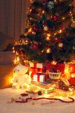 Árbol de navidad con la decoración e iluminación en hogar en la noche Fotos de archivo