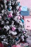 Árbol de navidad con la decoración en el cuarto rosado Fotografía de archivo libre de regalías