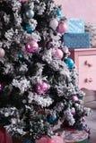 Árbol de navidad con la decoración en el cuarto rosado Foto de archivo libre de regalías