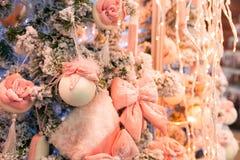 Árbol de navidad con la decoración y las luces rosadas, guirnalda Foto de archivo