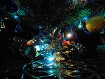Árbol de navidad con la estrella, el ancor y las campanas fotografía de archivo