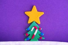 Árbol de navidad con la estrella de la Navidad, los ornamentos y el bastón de caramelo grandes Fotografía de archivo libre de regalías