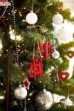 Árbol de navidad con la guirnalda del centelleo, decoración de la Navidad Imagen de archivo