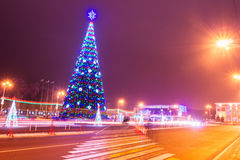 Árbol de navidad con la luz en el Gomel de igualación, Bielorrusia Fotografía de archivo