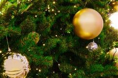 Árbol de navidad con la luz de oro y el fondo chispeante del ornamento Imagenes de archivo