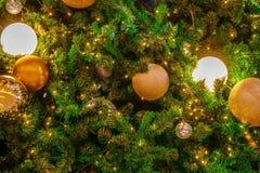 Árbol de navidad con la luz de oro y el fondo chispeante del ornamento Foto de archivo libre de regalías