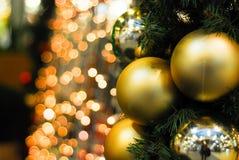Árbol de navidad con la parte posterior hermosa del fondo Fotos de archivo